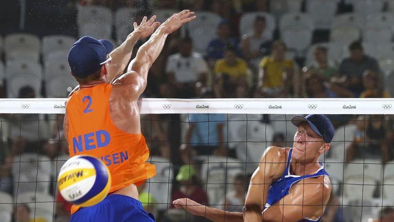 Сегодня. Рио-де-Жанейро. Никита ЛЯМИН пробивает блок голландского соперника. Фото Reuters