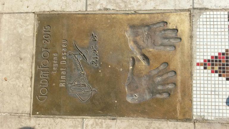 Отпечатки перчаток Рината Дасаева в Монако. Фото Игорь РАБИНЕР, «СЭ»