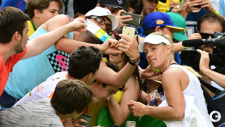 Понедельник. Рио-де-Жанейро. Болельщики фотографируются с Ангелик КЕРБЕР.
