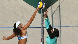 Девушки в бикини и хиджабе на олимпийском пляже в Рио