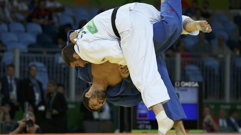 Хасан ХАЛМУРЗАЕВ проводит прием против Трэвиса СТИВЕНСА. Фото REUTERS