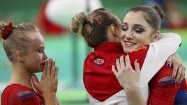 Вторник. Рио-де-Жанейро. Алия МУСТАФИНА (справа) поздравляет подруг по команде.