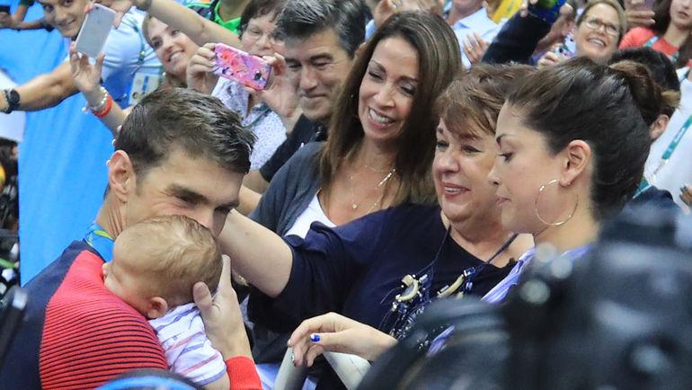 Вторник. Рио-де-Жанейро. Майкл ФЕЛПС целует сына Бумера после церемонии награждения на дистанции 200 метров баттерфляем. Фото AFP
