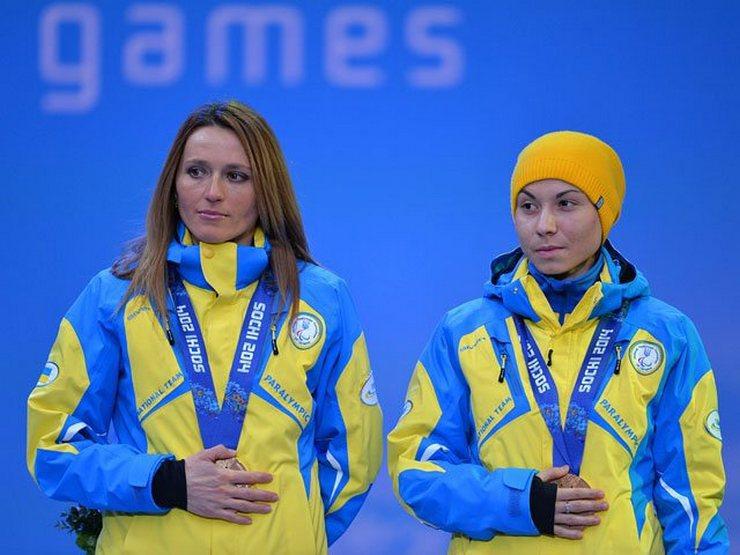 В 2014 году украинские спортсмены закрывали ладонями медали.