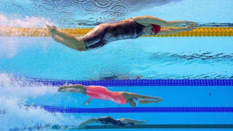 Юлия ЕФИМОВА (в центре) на пути в финал на 200-метровке брассом. Фото REUTERS