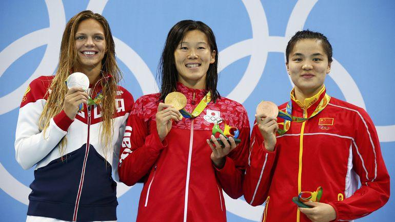 По сравнению с заплывом на 100 м конкурентки на этот раз были совсем не против присутствия Юлии ЕФИМОВОЙ (слева) на пьедестале. Фото REUTERS