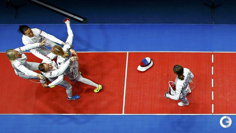 Четверг. Рио-де-Жанейро. Фехтование. Российская команда радуется победе (слева).