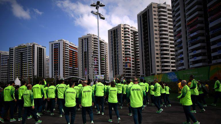 Национальные флаги украшают дома спортсменов в Олимпийской деревне. Фото Reuters