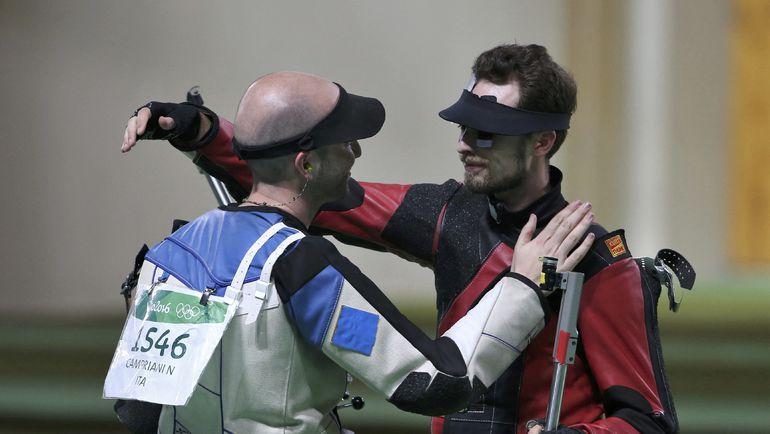 Объятия Сергея КАМЕНСКОГО с итальянцем после финального выстрела. Фото Reuters