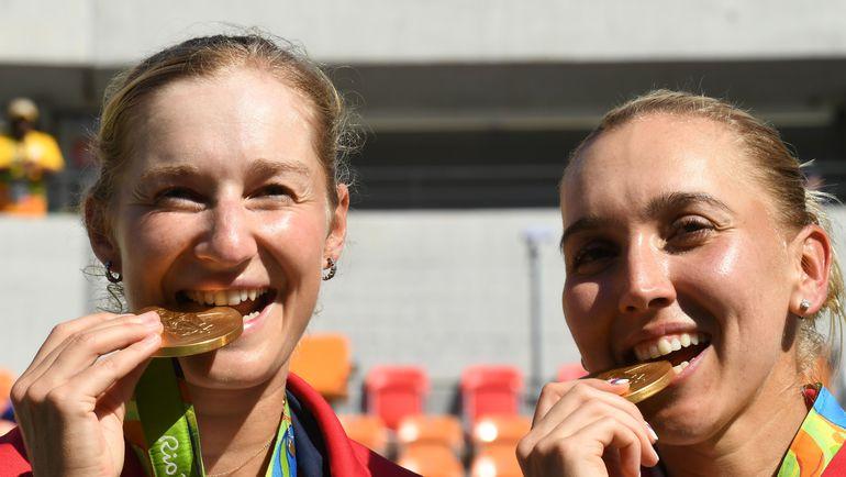 Екатерина МАКАРОВА (слева) и Елена ВЕСНИНА с медалями. Фото AFP