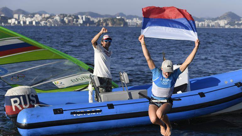 Воскресенье. Марина ди Глория. Празднуя олимпийский успех, Стефания ЕЛФУТИНА прыгает в воду. Фото AFP