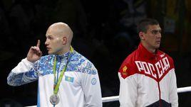 Понедельник. Рио-де-Жанейро. Казахстанец Василий ЛЕВИТ (слева), уступивший в финале Евгению ТИЩЕНКО, призывает своих болельщиков, недовольных решением судей, к спокойствию.