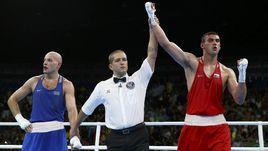 Понедельник. Рио-де-Жанейро. Евгений ТИЩЕНКО (справа) празднует победу в олимпийском финале единогласным решением судей.