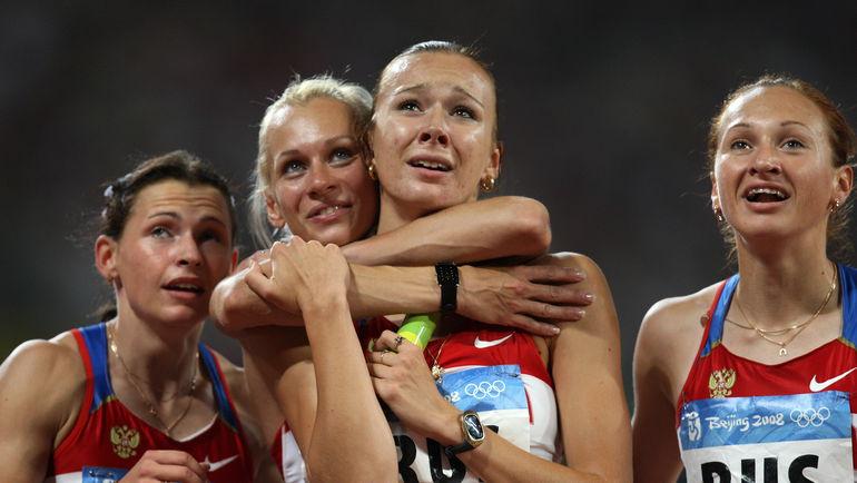 Российская четверка из Пекина (слева направо): Евгения ПОЛЯКОВА, Юлия ГУЩИНА, Юлия ЧЕРМОШАНСКАЯ и Александра ФЕДОРИВА. Теперь все спортсменки должны вернуть свои медали. Фото AFP