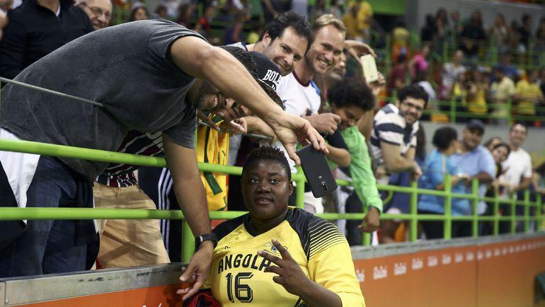 Ангольский вратарь Тереза АЛМЕЙДА покорила всех, кто присутствовал на матче. Фото REUTERS