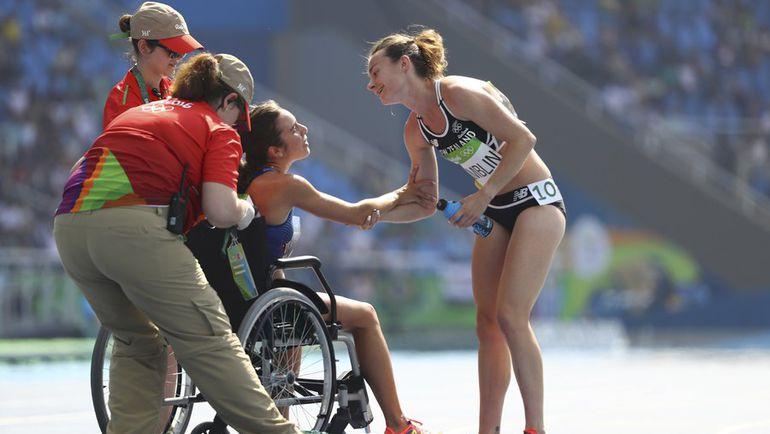 Вторник. Рио-де-Жанейро. Эбби Д'Агостино (сидит) и Никки ХЭМБЛИН показали, что такое настоящий олимпийский дух. Фото REUTERS