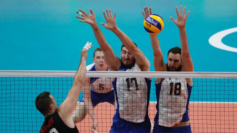 На блоке- Максим МИХАЙЛОВ и Александр ВОЛКОВ. Фото AFP