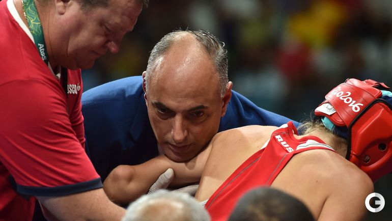 Сегодня. Рио-де-Жанейро. Травма локтевого сустава на ринге не позволила Анастасии БЕЛЯКОВой продолжить бой. Фото AFP