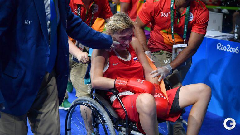 Сегодня. Рио-де-Жанейро. Анастасию БЕЛЯКОВУ овозят в больницу. Фото AFP
