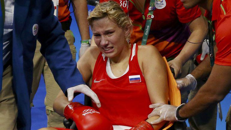 Анастасия БЕЛЯКОВА покидает зал на коляске. Фото REUTERS