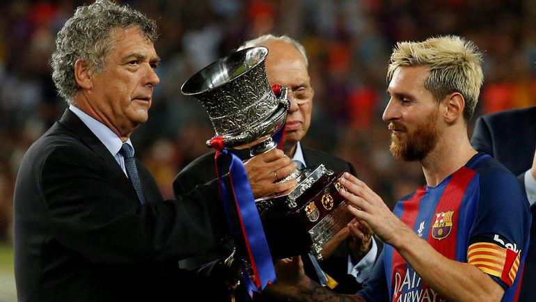 """Среда. Барселона. """"Барселона"""" - """"Севилья"""" - 3:0. Капитан каталонского клуба Лионель МЕССИ (справа) получает суперкубок Испании. Фото REUTERS"""