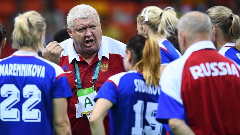 Евгений ТРЕФИЛОВ дает указания женской сборной России по гандболу. Фото AFP