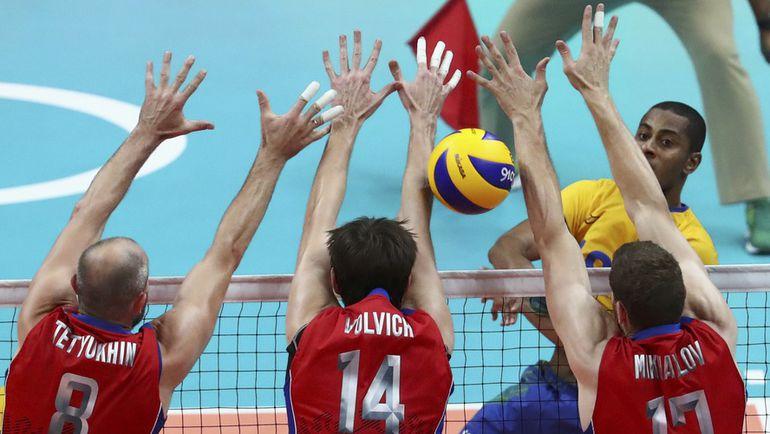 Сегодня. Рио-де-Жанейро. Бразилия - Россия - 3:0. ЛУКАРЕЛЛИ пробивает блок российской сборной. Фото REUTERS