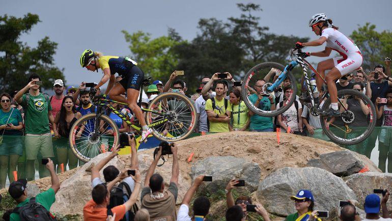 Чемпионка Рио Дженни РИСВЕДС (слева) и Майя ВЛОЧОВСКАЯ. Фото AFP
