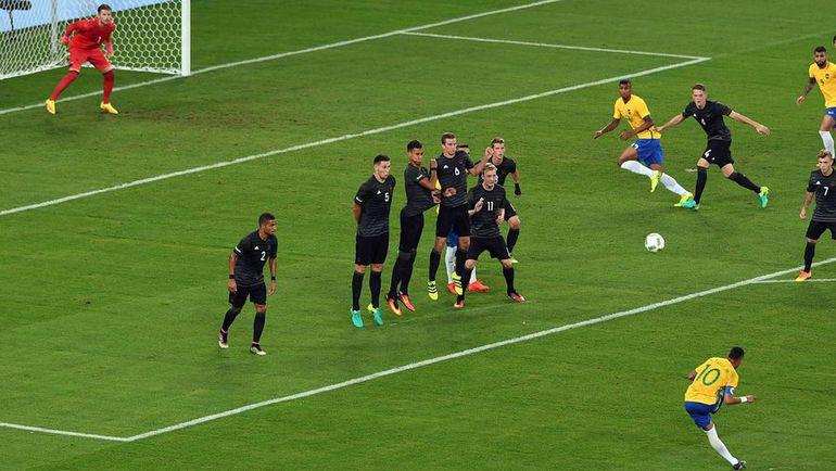 Штрафной, с которого НЕЙМАР открыл счет в матче. Фото AFP