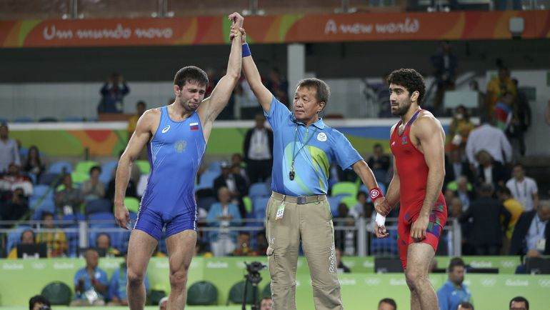 Сослан РАМОНОВ (слева) – олимпийский чемпион! Фото REUTERS