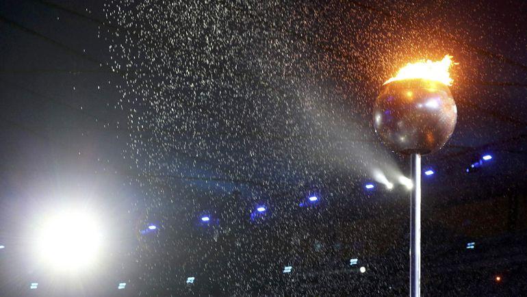 Даже ливень не смог потушить олимпийский огонь раньше положенного срока. Фото REUTERS