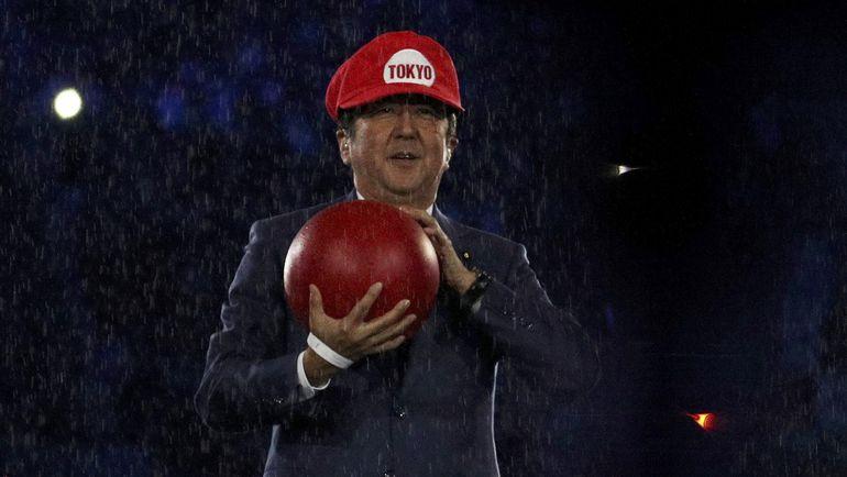 Премьер-министр Японии Синдзо АБЭ принял эстафету у Рио в образе Супер Марио. Фото REUTERS