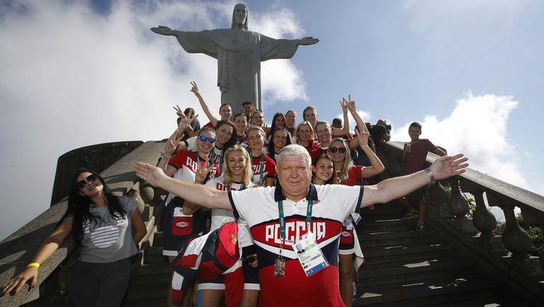 Евгений ТРЕФИЛОВ с подопечными на фоне статуи Христа Спасителя в Рио-де-Жанейро. Фото Андрей ГОЛОВАНОВ и Сергей КИВРИН