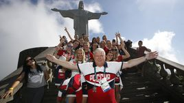 Евгений ТРЕФИЛОВ с подопечными на фоне статуи Христа Спасителя в Рио-де-Жанейро.