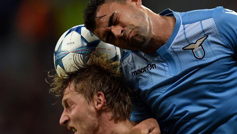 МАУРИСИУ (справа) против Штефана КИССЛИНГА. Фото AFP