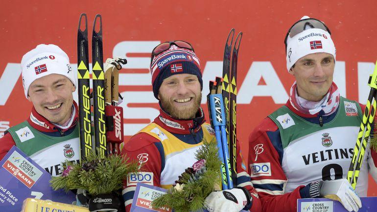Мартин СУНДБЮ (в центре) и другой норвежец Ханс Кристер ХОЛУНД (справа) на подиуме одного из этапов Кубка мира. Фото REUTERS