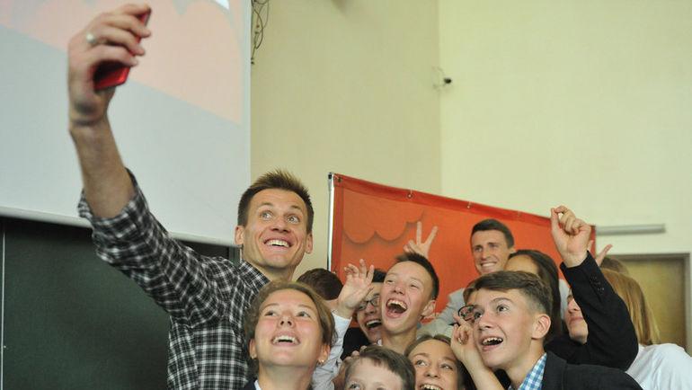 """Артем РЕБРОВ (слева) и Сергей ПЕСЬЯКОВ фотографируются с учениками лицея. Фото Федор УСПЕНСКИЙ, """"СЭ"""""""