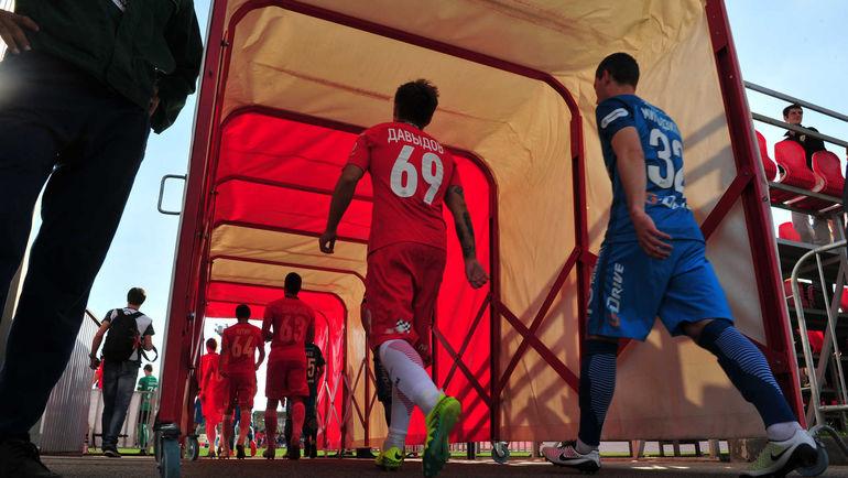 """Команды выходят на поле. Фото Федор УСПЕНСКИЙ, """"СЭ"""""""