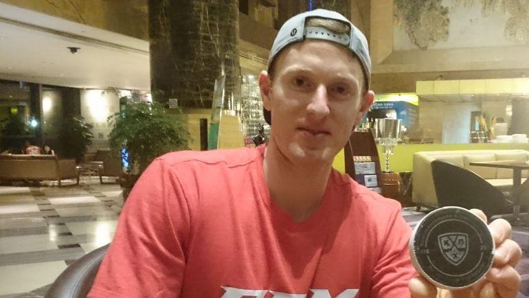 """Шон КОЛЛИНЗ и шайба, которой он забросил первый гол """"Куньлуня"""" в КХЛ."""