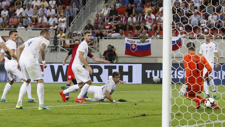 Сегодня. Трнава. Словакия - Англия - 0:1. 90+5-я минута. Гол Адама ЛАЛЛАНЫ в ворота Матуша КОЗАЧИКА. Фото REUTERS