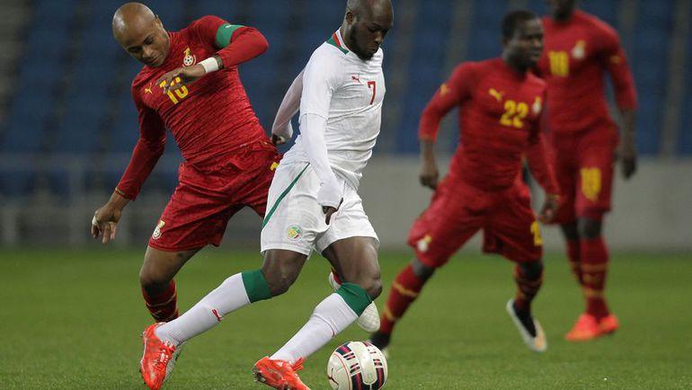 Один из ведущих игроков сборной Ганы, Андре АЙЮ (слева, против сенегальца Муссы СОУ), с Россией не сыграет. Но от этого команде Станислава Черчесова вряд ли будет легче. Фото AFP