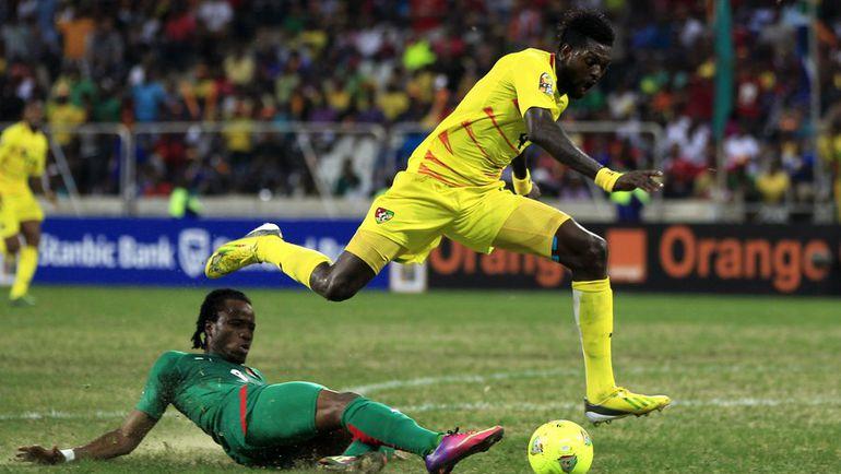 Нападающий сборной Того Эммануэль АДЕБАЙОР (справа). Фото REUTERS