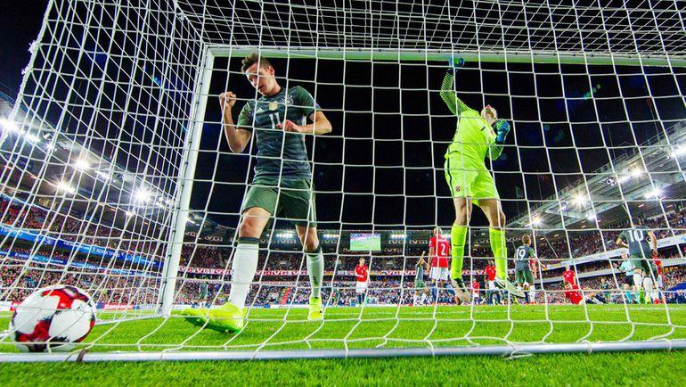 Вчера. Осло. Норвегия - Германия - 0:3. 16-я минута. Юлиан ДРАКСЛЕР празднует первый мяч Томаса Мюллера. Фото AFP