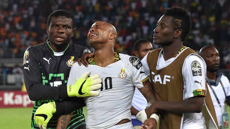 В финале Кубка Африки-2015 Андре АЙЮ (в центре), Асамоа ГЬЯН (справа) и сборная Ганы уступили лишь в серии пенальти. Фото AFP