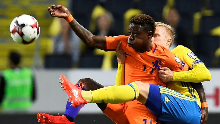 Вторник. Стокгольм. Швеция – Голландия – 1:1. В борьбе за мяч голландец Квинси ПРОМЕС и швед Оскар ВЕНДТ. Фото Reuters
