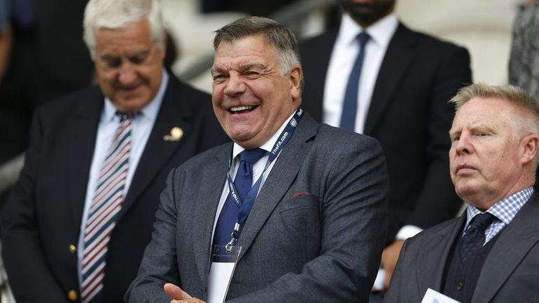 Новый главный тренер сборной Англии Сэм ЭЛЛАРДАЙС (в центре). Фото Reuters