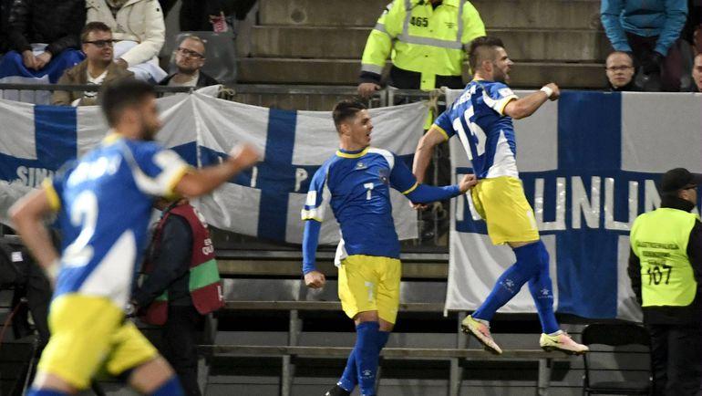 Понедельник. Турку. Финляндия - Косово - 1:1. Игроки сборной Косова празднуют первый в истории забитый гол. Фото AFP
