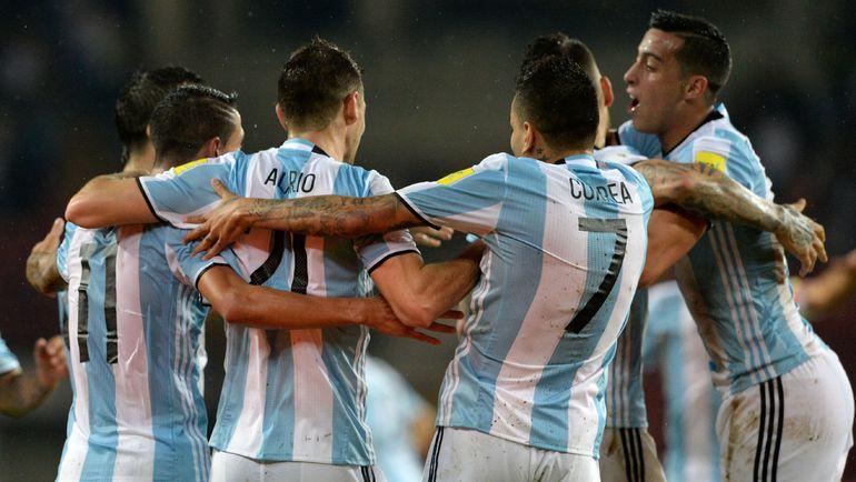 Понедельник. Каракас. Венесуэла - Аргентина - 2:2. Игроки сборной Аргентины празднуют забитый гол. Фото REUTERS