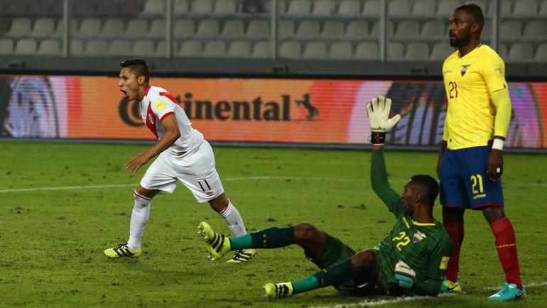 Голкипер сборной Эквадора Александр ДОМИНГЕС (№22) немного подвел свою команду в матче с Перу. Фото REUTERS