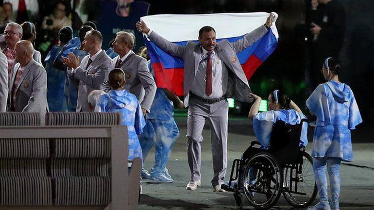Среда. Рио-де-Жанейро. Андрей ФОМОЧКИН с флагом России. Фото The Guardian